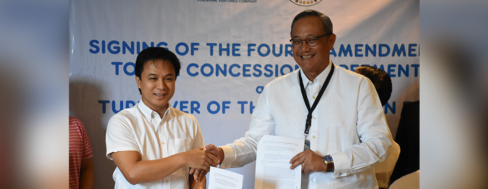 Laguna Water President and CEO Virgilio C. Rivera Jr. (right) and Laguna Governor Ramil L. Hernandez (left) lead the signing of the fourth amendment to the concession agreement of Laguna Water