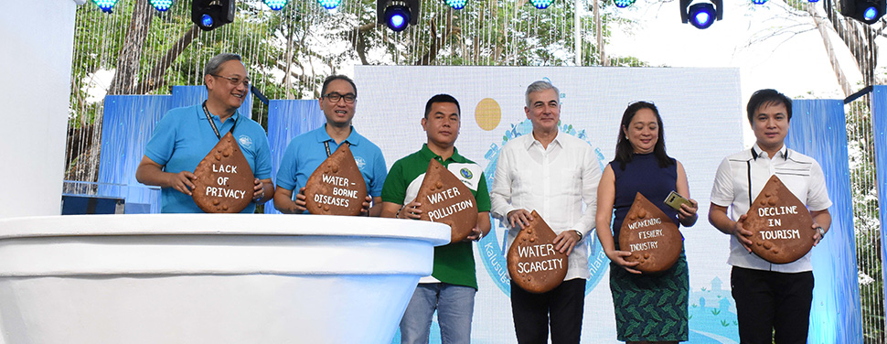 In-photo (L-R): .Laguna Water President Virgilio Rivera, Jr.; Manila Water President and COO Ferdinand Dela Cruz; LLDA General Manager Jaime Medina, Manila Water Chairman Fernando Zobel de Ayala; DENR Undersecretary Maria Paz Luna; and Laguna Governor Ramil Hernandez